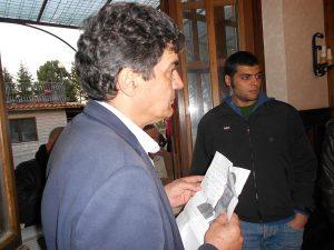 il sindaco Vienna con la foto di uno dei rifugiati scomparsi